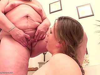 Kinky lesbo party with granny girl and pissing