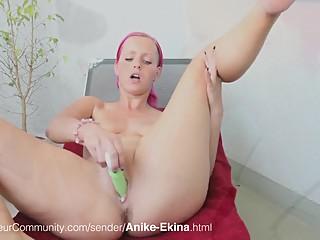 Rothaarige Schlampe Anike-Ekina beim Blasen