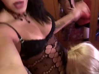 Roby transex video __ cameriera affamata